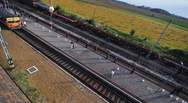 Rendőrök és katonák sorfala várja a migránsokat szállító vonatot Magyarbólyban. Fotó: Kacsúr Tamás