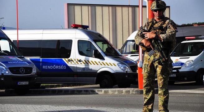 Felfegyverzett katona a beremendi határátkelőn.