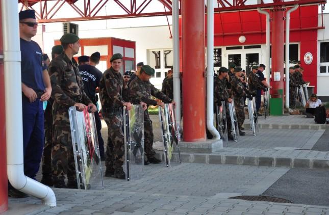 Katonák sorfala a beremendi határátkelőhelyen. Fotó: Kacsúr Tamás