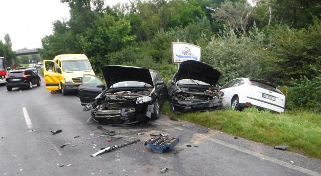 Négy személyautó ütközött össze vasárnap a 7-es főúton Siófok közelében. A kilenc ember közül egy súlyosan, három könnyebben sérült.