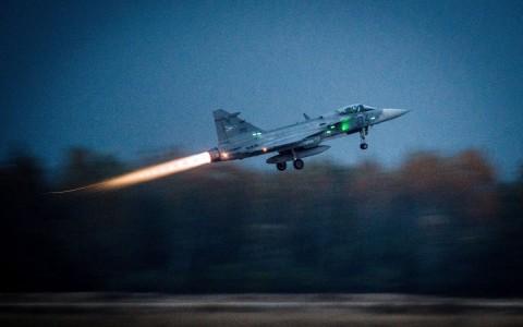 Egy Gripen éjszakai felszállása a Szentgyörgyi Dezsõ Repülőbázison. Fotó: Ujvári Sándor, MTI