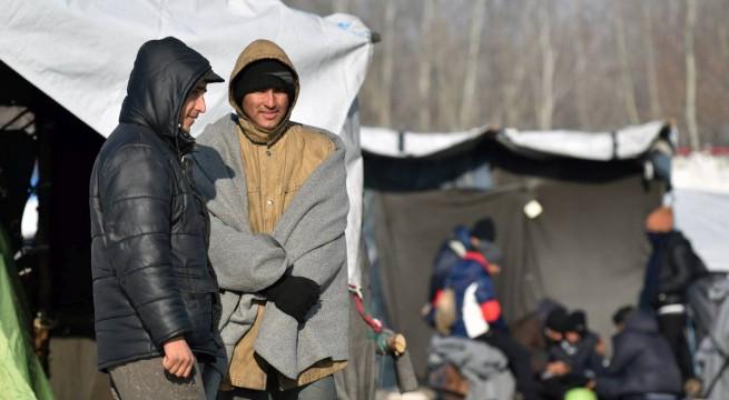 Horgos közelében sátorozó migránsok 2017. január 20-án. Mintegy 20 migráns férfi várja a határ szerbiai oldalán, hogy az Európai Unió nyugati államaiba eljusson Magyarországon keresztül.  Fotó: Molnár Edvárd, MTI