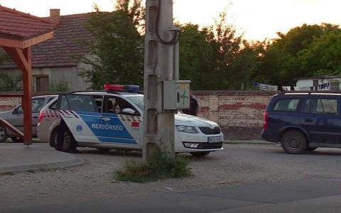 Rendőrkocsi Alsószentmártonban - illusztráció