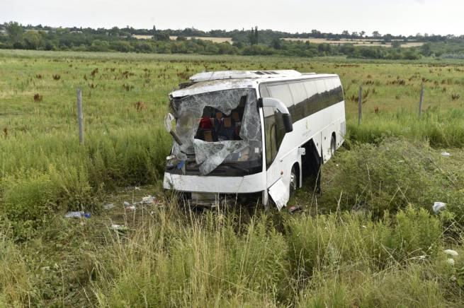Árokba borult egy busz az M3-ason