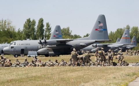 Ejtőernyős ugrásra készülő katonák a Swift Response 2017 mozzanaton a pápai repülőtéren. Fotó: Krizsán Csaba, MTI