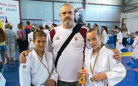 Cafalat (Románia):  Szász Hanna (b) és Molnár Ajsa (j) aranyérmet szerzett