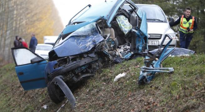Nagybajom közelében négy autó ütközött pénteken. Egy ember meghalt, kettőt kórházba vittek. Fotó: Varga György, MTI