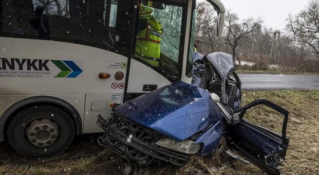 Autóbusszal ütközött egy autó szerdán Vértesboglár közelében. A személygépkocsi sofőrje meghalt. fotó: Bodnár Boglárka, MTI