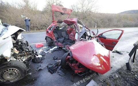 Szár közelében frontálisan összeütközött egy személygépkocsi és egy furgon szerdán. A balesetben négyen meghaltak. fotó: Mihádák Zoltán, MTI