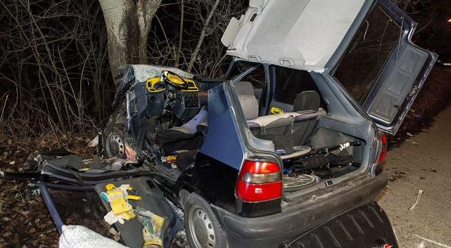 Fának csapódott személygépkocsi a Vámosszabadi közelében . Fotó: Krizsán Csaba, MTI