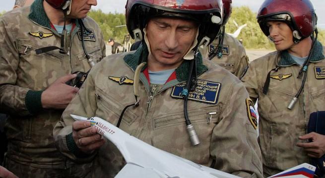 Putyin 2005-ben már megismerkedett a típussal, mellyel repült is. foto: Alexei Panov, AP/ITAR-TASS