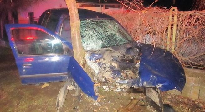 Lesodródott az útról egy személygépkocsi péntek este Göd mellett. Az utasok közül egy könnyebb és egy súlyos sérült került kórházba. fotó: Katasztrófavédelem