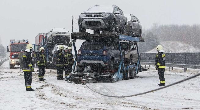 Keresztbe fordult egy tréler Letenye közelében az autópályán.  Fotó: Varga György, MTI