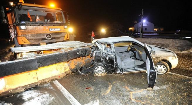 Hókotróval ütközött egy autó Vác határában. Fotó: Mihádák Zoltán, MTI