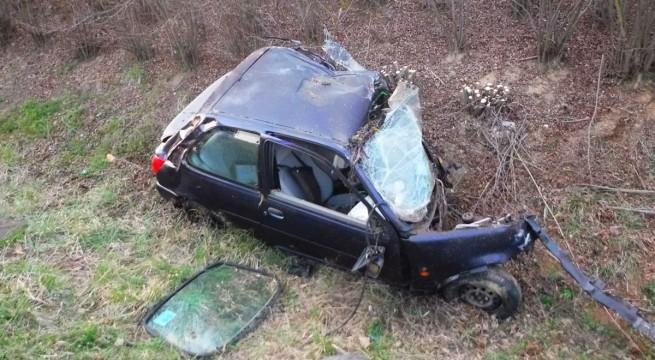 Balesetben összeroncsolódott autó Kaposmérőnél. Fotó: Katasztrófavédelem