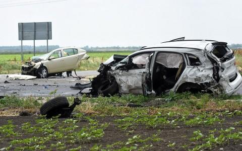 Halálos baleset Kuncsorba közlében. A kettészakadt autó utasa a helyszínen meghalt. Fotó: Mészáros János, MTI