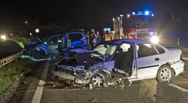 Egy szalagkorlátnak ütköző személygépkocsinak csapódott egy másik az M3-as autópályán szombaton. A sofőr meghalt, egy segíteni próbáló férfit pedig elütöttek, állapota súlyos. Fotó: Lakatos Péter, MTI