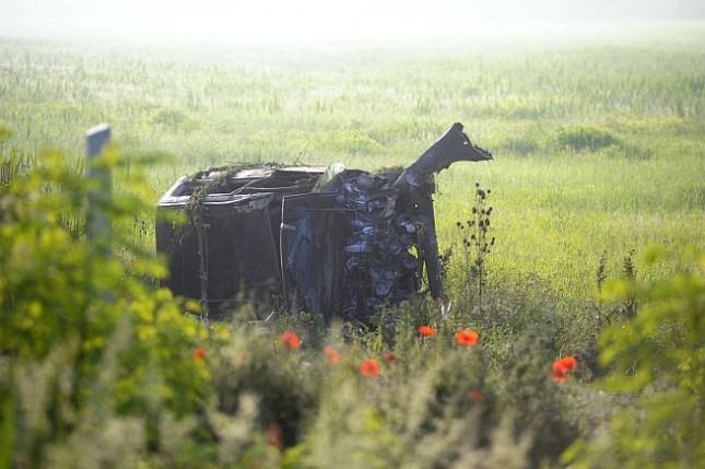 Egy autó lesodródott az úttestről, felborult, majd kigyulladt Vác közelében pénteken kora reggel. Az autóban egy ember utazott, ő életét vesztette. Fotó: Mihádák Zoltán, MTI
