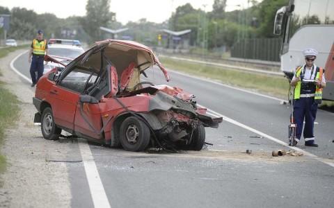 Súlyos sérülés: vasárnap az M6-oson busz és személygépkocsi ütközött.  Fotó: Mihádák Zoltán, MTI