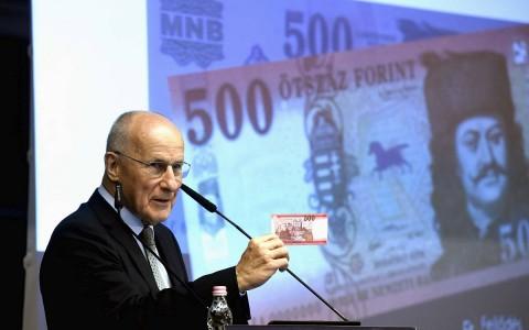 Gerhardt Ferenc, a Magyar Nemzeti Bank (MNB) alelnöke az új ötszázast mutatja be 2018-ban.  Fotó: Bruzák Noémi, MTI