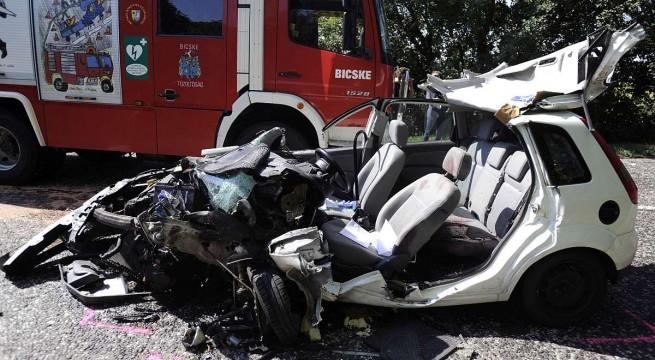 Teherautóval ütközött egy szémélygépkocsi Bicskénél kedden.  Az autót vezetõ férfi életét vesztette. Fotó: Mihádák Zoltán, MTI