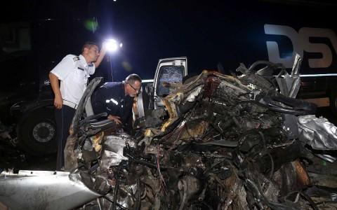 Baleset Csobádnál péntek éjjel - a kisbusz roncsai között hárman haltak meg.  Fotó: Vajda János, MTI