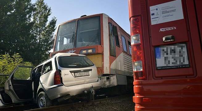 Vonattal ütközött egy autó Baján. Fotó: Donka Ferenc, MTI