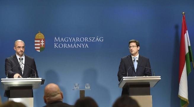 Gulyás Gergely, a Miniszterelnökséget vezetője és Kovács Zoltán kormányszóvivő  a sajtótájékoztatón. Fotó:  Bruzák Noémi, MTI