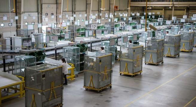 Egymilliárd forintból bővített csomagfeldolgozó rendszer a Magyar Postánál. Fotó: Balogh Zoltán