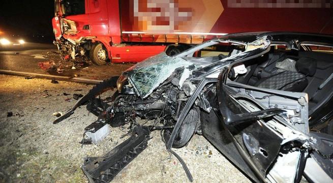 Összetört járművek az M2-es autóúton Göd közelében. Fotó: Mihádák Zoltán, MTI