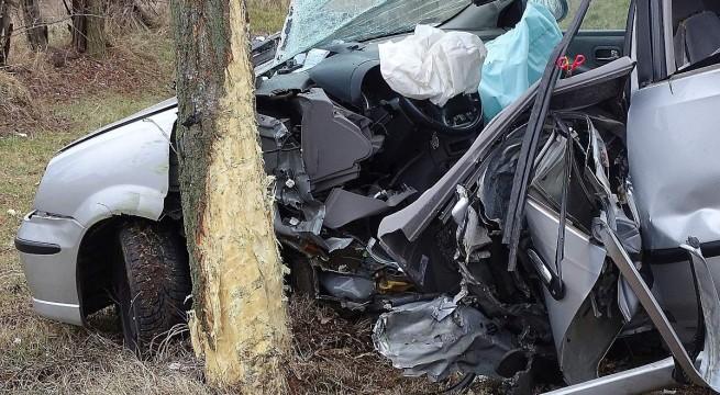 Összetört személygépkocsi a Pest megyei Törtel közelében. Fotó: Donka Ferenc, MTI
