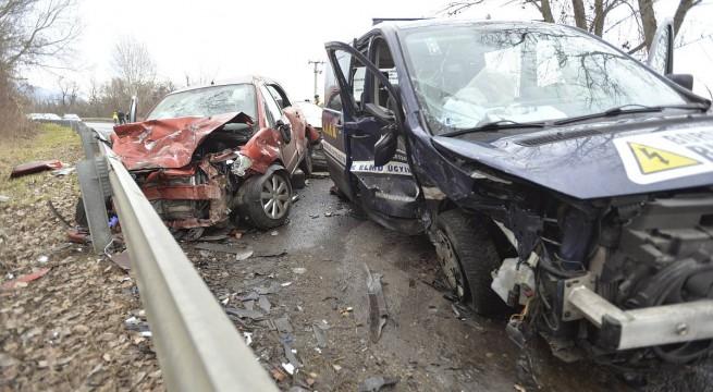 Halálos baleset Vác és Verőce között.  Fotó: Mihádák Zoltán, MTI