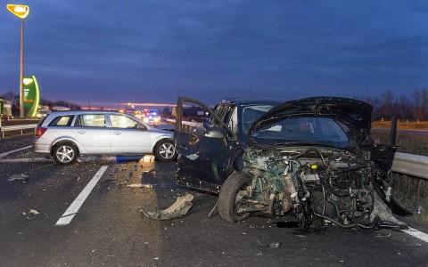 Összetört személygépkocsik Mosonmagyaróvár közelében. Fotó: Krizsán Csaba, MTI