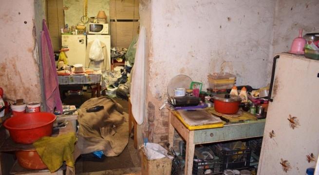 A lakás és a letakart holttest. Fotó: ügyészség