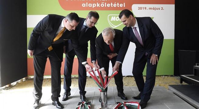 Balaicz Zoltán polgármester, Varga Mihály, Hernádi Zsolt és Vígh László. Fotó: Kovács Tamás, MTI