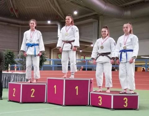 Szász Hanna (j) bronzérmet szerzett a nemzetközi versenyen.