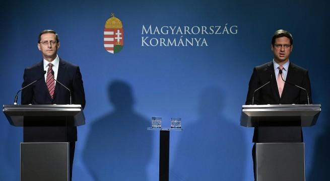 Varga Mihály pénzügyminiszter és Gulyás Gergely, a Miniszterelnökséget vezető miniszter a Kormányinfón. Fotó: Illyés Tibor, MTI