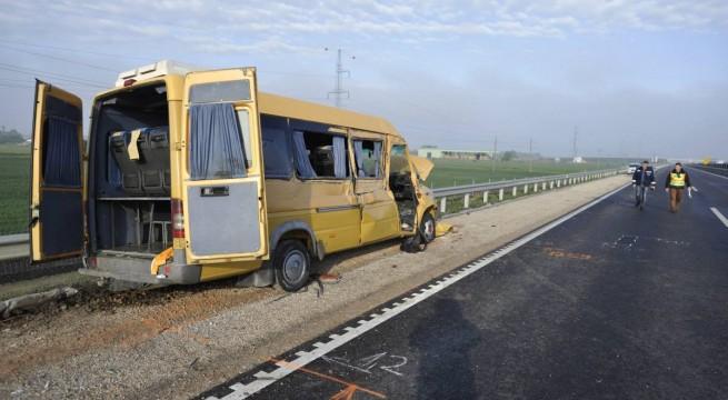 Román kisbusz balesete a 4-es úton Cegléd közelében.  Fotó: Mihádák Zoltán, MTI