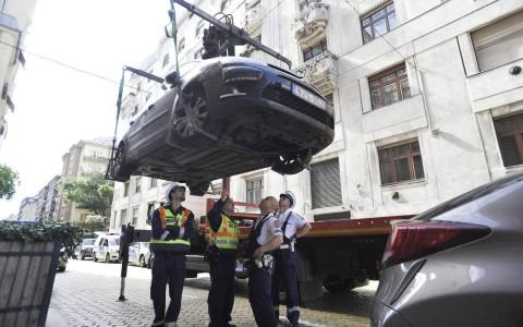 Vizsgálják a személyautót, amellyel halálra gázoltak egy férfit a fővárosban. Fotó:  Mihádák Zoltán, MTI