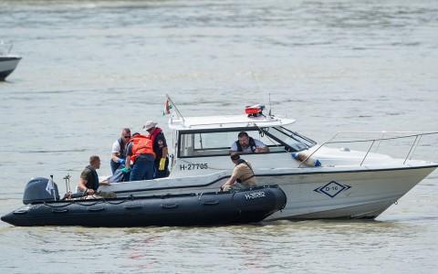 Holttestet emelnek át a rendőrségi motorcsónakba a Dunán Budapestnél. Fotó: Balogh Zoltán, MTI