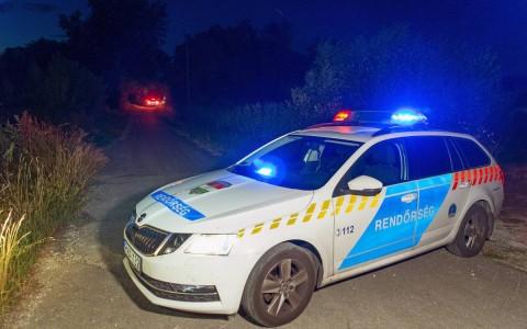 Rendőrautó zárja le az utat a Győr-Moson-Sopron megyei Abdán, ahol rendőrök agyonlőttek egy férfit. Fotó: Krizsán Csaba, MTI