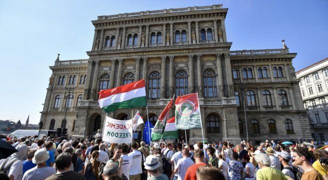 Demonstráció az akadémia épülete előtt.  Fotó: Mónus Márton, MTI