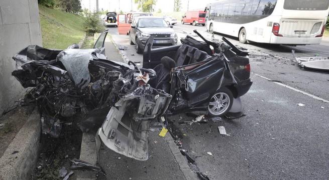 Ütközésben összeroncsolódott  autó a fővárosban. Fotó: Mihádák Zoltán, MTI