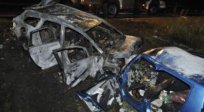 Kiégett autóroncsok az M5-ös autópálya mellett. Fotó: Mihádák Zoltán, MTI
