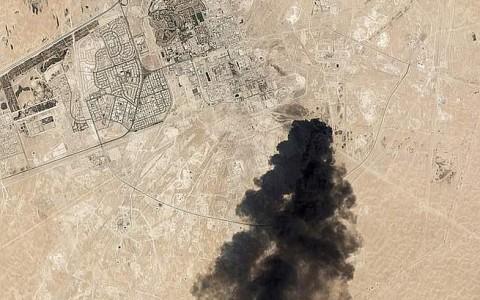 A támadás Abkaik és a Huraisz olajmező közelében történt a fővárostól, Rijadtól keletre.