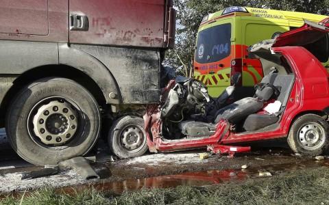 Halálos baleset Tiszaug közelében.  A 16 éves születésnapját ünneplő menyasszony a helyszínen meghalt. Fotó: Donka Ferenc, MTI