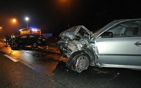 Ütközés a Ferihegyre vezető úton szombat este. Egy nő és két férfi sérült meg. Fotó: Mihádák Zoltán, MTI