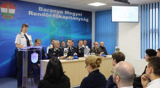 A díjátadó pillanatai. Fotó: rendőrség