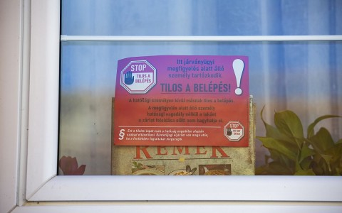 Házi karanténra figyelmeztető tábla. Fotó: Varga György, MTI
