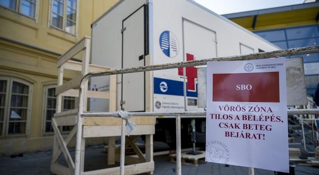 Szűrőkamion a Koronavírus Ellátó Központnak nevezett intézmény udvarán. Fotó: Sóki Tamás, MTI
